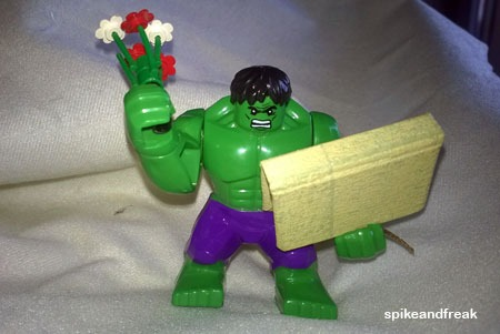 Hulk se acaba de comprar un libro por San Jordi.