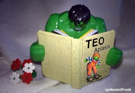Hulk lee su libro favorito.