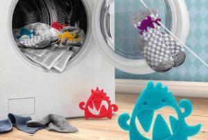 sock monsters sugerencia de presentación en la lavadora y colgando unos calcetines