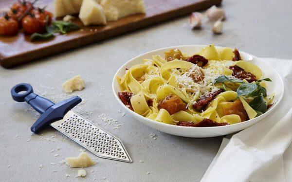 Gratiador Rallador de queso sugerencia de presentación: con un plato de pasta