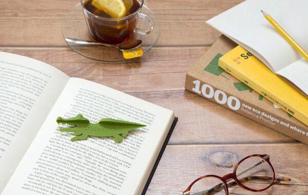 Nessie Tale Marcapáginas en mesa con libros