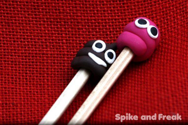 lápices cacas pinchadas en un palo. Rosa y marrón detalle