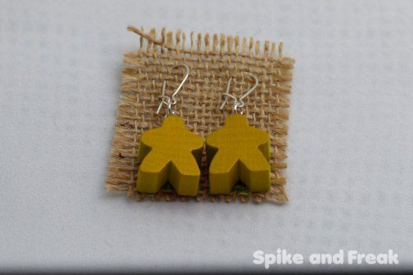 pendientes-meeple amarillo en tela de rafia