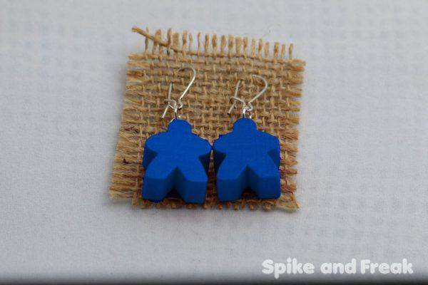 pendientes-meeple azul en tela de rafia