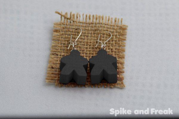 pendientes-meeple negro en tela de rafia