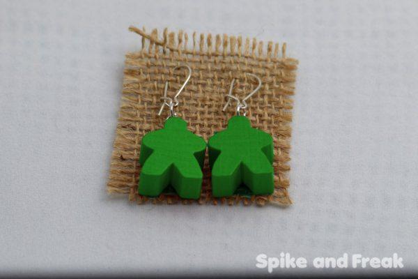 pendientes-meeple verde en tela de rafia
