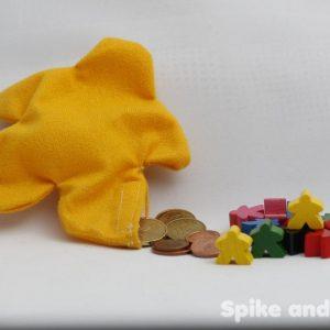 saco monedero meeple amarillo sugerencia de presentación: con monedas y meeples de madera.