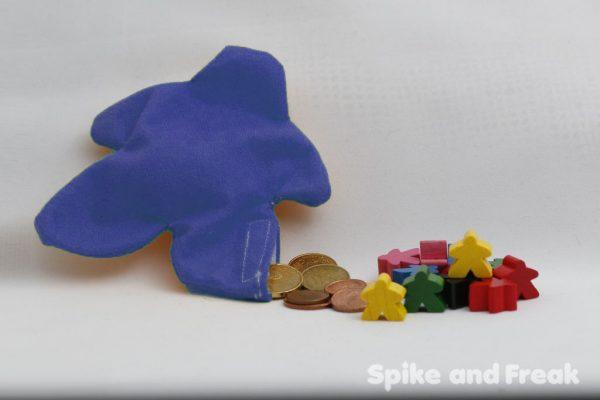 saco monedero meeple azul sugerencia de presentación: con monedas y meeples de madera.