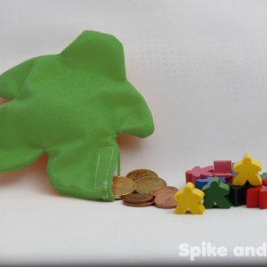 saco monedero meeple verde sugerencia de presentación: con monedas y meeples de madera.