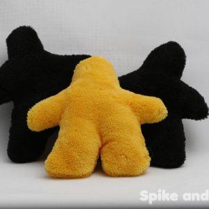 sonajero meeple amarillo, acompañado de 2 sonajeros meeple negro