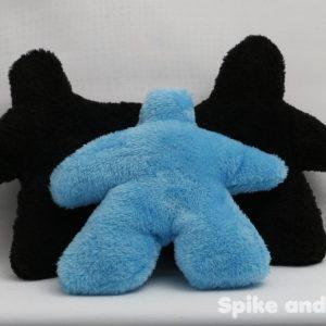 sonajero meeple azul, acompañado de 2 sonajeros meeple negro