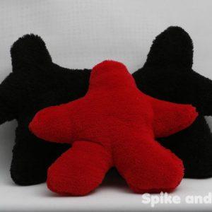 sonajero meeple rojo, acompañado de 2 sonajeros meeple negro