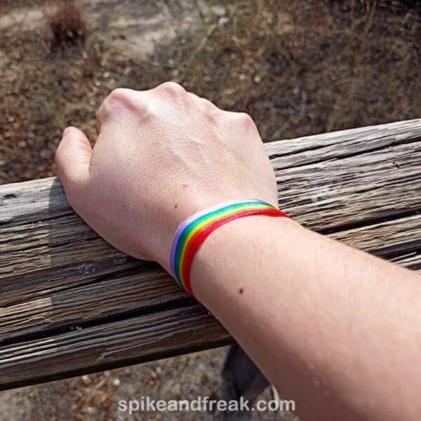 brazo con pulsera arcoiris