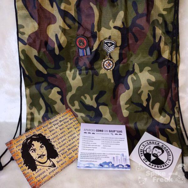 Pack tipos duros, postal, block de notas aparcas como un gilipollas, pegatina Chuck, bolsa y 2 broches condecoraciones