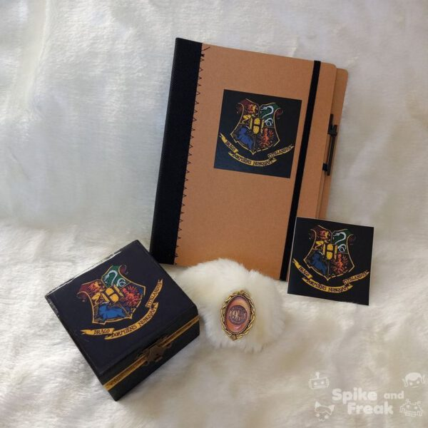 Cajita, cuaderno, pegatina y broche Harry Potter