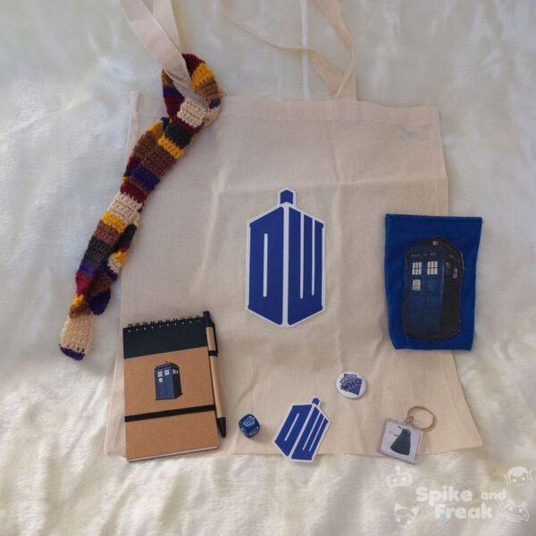 Bolsa,monedero, cuadernito, pegatina, dado, llavero, imán Dr Who y minibufanda.