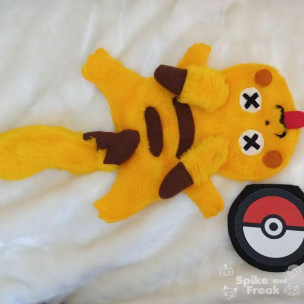 pikachu aplastado de peluche y monedero pokeball