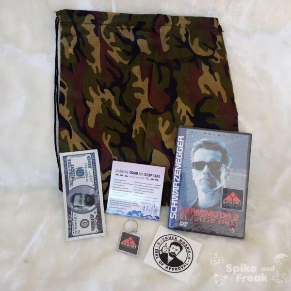 Mochila camuflaje, funda billete Bud Spencer, Aparcas como un Gilipollas block de notas, llavero Skynet, pegatina Chuck Norris Seal of approval y película Terminator 2 con pegatina skynet.