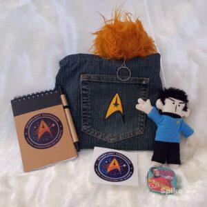 Estuche, cuaderno y pegatina federación, muñeco spock, tribble y cajita de pastillas de menta Dilithium Crystals