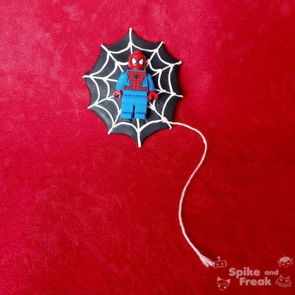 Broche lego spiderman con telaraña