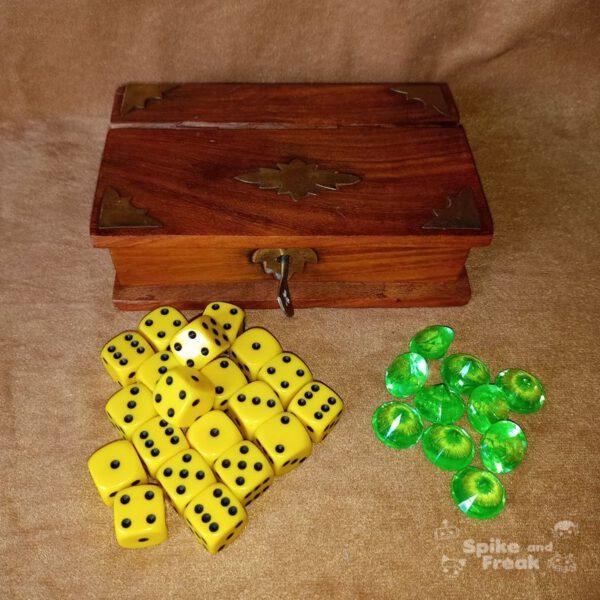 caja de madera forma de libro con llave, contadores y dados