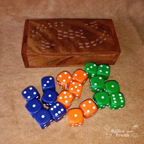 caja de madera con 18 dados