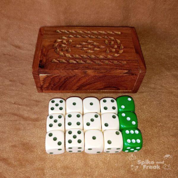 caja de madera con 15 dados