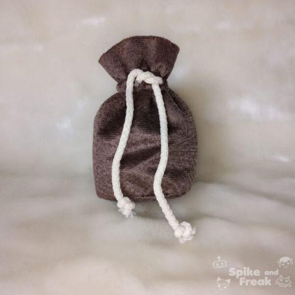 bolsa de dados pequeño marrón estampado