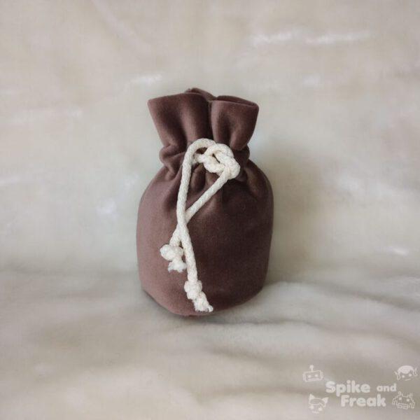bolsa de dados pequeño marrón
